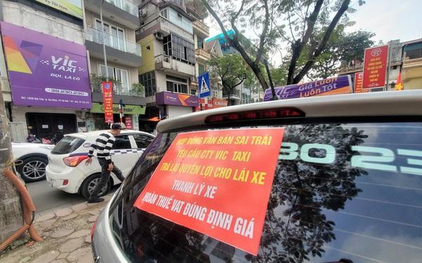 """Tài xế Vic Taxi tắt đàm, bỏ làm kéo đến trụ sở hãng """"biểu tình"""""""