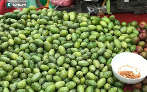 Kiếm tiền triệu mỗi ngày nhờ bán rong quả xanh đầu mùa