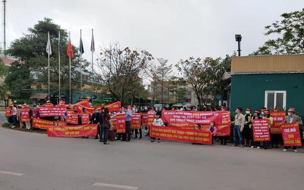 Khách mua Cocobay căng băng rôn đỏ rực, vây kín trụ sở Thành Đô tại Hà Nội
