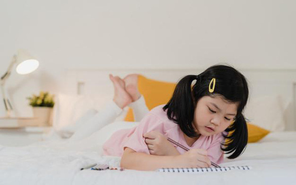 """Tất bật thay nhau nghỉ làm trông con, phụ huynh mát lòng nghe trẻ thỏ thẻ: """"ở nhà cùng bố mẹ cả ngày đều vui!"""""""