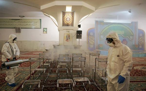 """Video: Các tín đồ đạo Hồi tại Iran """"liếm đền thờ"""" bất chấp dịch bệnh Covid-19 lan rộng"""