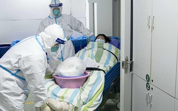 """Loạt ảnh """"vỡ trận"""" trong bệnh viện Vũ Hán: Xác chết la liệt, người dân chen lấn đòi điều trị y tế, bác sĩ mặc bỉm cả ngày vì không thể đi vệ sinh"""