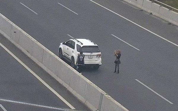 Phạt 7 triệu đồng, tước giấy phép lái xe 3 tháng nữ tài xế đỗ xe chụp ảnh trên cao tốc