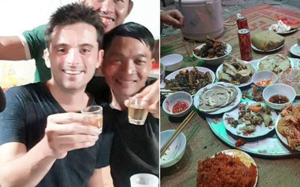 Đang dạo bước trên đường phố Hà Nội mùng 3 Tết, một anh Tây được gia đình Việt mời hẳn chầu ăn cực hoành tráng trên vỉa hè