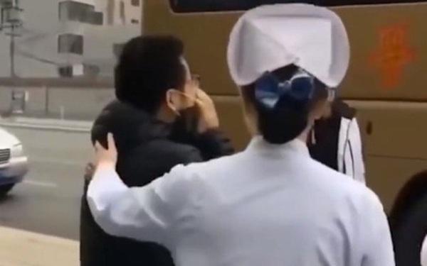 Bác sĩ Trung Quốc bật khóc khi chia tay vợ y tá lên đường tới Vũ Hán hỗ trợ chống dịch bệnh do virus corona