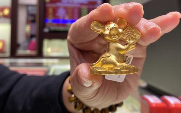 Khẩu trang kín mít xếp hàng mua vàng ngày vía Thần Tài giữa tâm dịch corona
