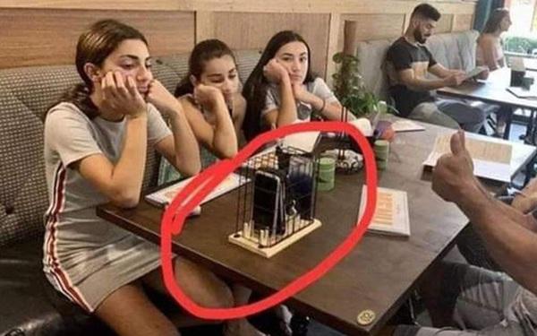 Nhà hàng giảm 10% hoá đơn cho những ai không dùng điện thoại khi ăn: bố mẹ hưởng ứng nhiệt tình còn các con thì hụt hẫng