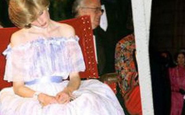 """Bức ảnh ngủ gật nổi tiếng của Công nương Diana: Đằng sau hình ảnh """"người đẹp ngủ trong rừng"""" là nỗi lòng không phải ai cũng hiểu"""