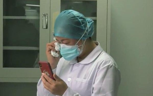 Không thể về chịu tang mẹ, nữ y tá làm việc ở vùng dịch Vũ Hán nén đau thương bái vọng từ xa và theo dõi lễ tang qua video call