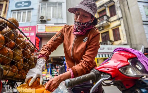 'Hốt bạc' nhờ vắt nước cam trên phố Hà Nội thời dịch Covid-19