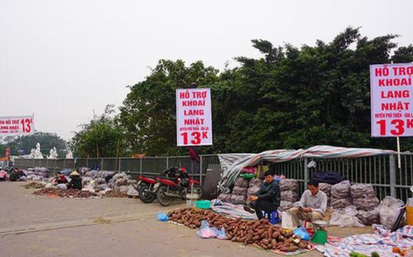 Khoai lang ngổn ngang trên vỉa hè Hà Nội, chờ khách 'giải cứu'