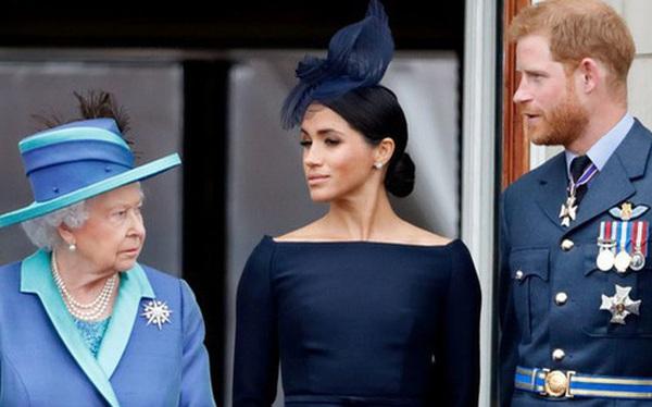 """Vợ chồng Meghan Markle bị chỉ trích dữ dội sau thông báo mới chứa ngôn từ """"vô lễ"""" với Nữ hoàng Anh"""