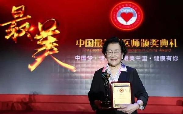 """96 tuổi vẫn giữ được thần sắc cùng làn da mịn màng, hồng hào như thiếu nữ 18: Bác sĩ Trung Quốc tiết lộ bí quyết đến từ """"3 món không ăn, 4 việc đừng làm"""""""