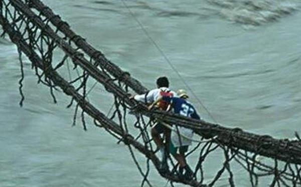 4 người cùng qua cầu, 3 người thoát chết trong đó có 1 người mù và 1 người điếc: Lý do đáng ngẫm!