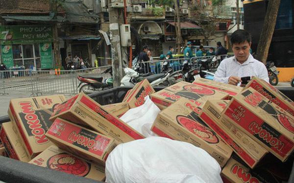 Hàng trăm thùng mỳ gói, nước lọc cùng 3,5 tạ gạo được tăng cường cho người dân cách ly tại Trúc Bạch
