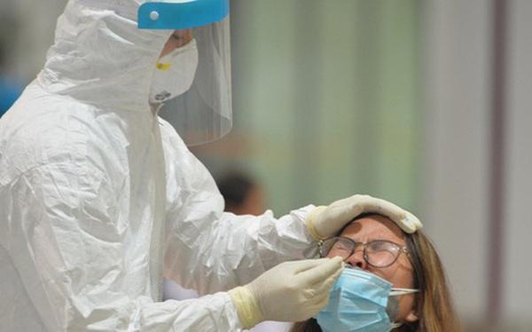Ảnh: Cận cảnh quy trình lấy mẫu xét nghiệm Covid-19 trực tiếp tại sân bay Nội Bài