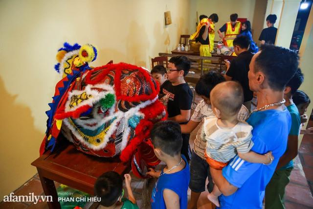 Ngôi làng chỉ cách Hà Nội 20km nhưng mỗi năm tổ chức thổi lửa, múa sư tử suốt 3 đêm để đón Trung thu, lộ ra khung cảnh siêu hùng tráng mà ai cũng ước được dự một lần - Ảnh 1.