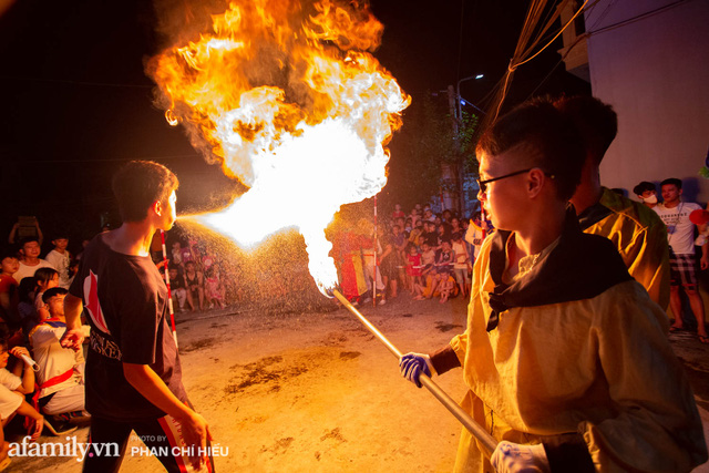 Ngôi làng chỉ cách Hà Nội 20km nhưng mỗi năm tổ chức thổi lửa, múa sư tử suốt 3 đêm để đón Trung thu, lộ ra khung cảnh siêu hùng tráng mà ai cũng ước được dự một lần - Ảnh 10.