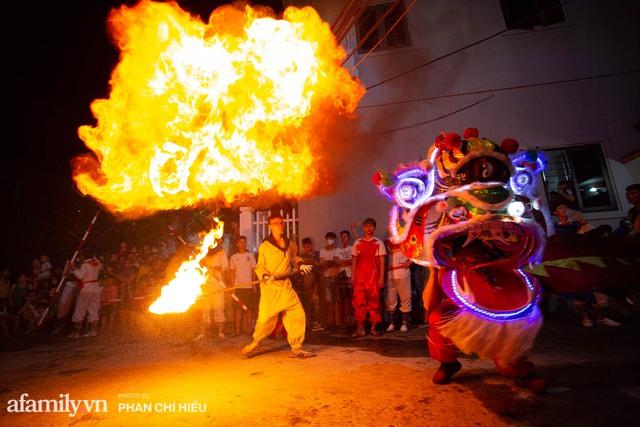 Ngôi làng chỉ cách Hà Nội 20km nhưng mỗi năm tổ chức thổi lửa, múa sư tử suốt 3 đêm để đón Trung thu, lộ ra khung cảnh siêu hùng tráng mà ai cũng ước được dự một lần - Ảnh 11.