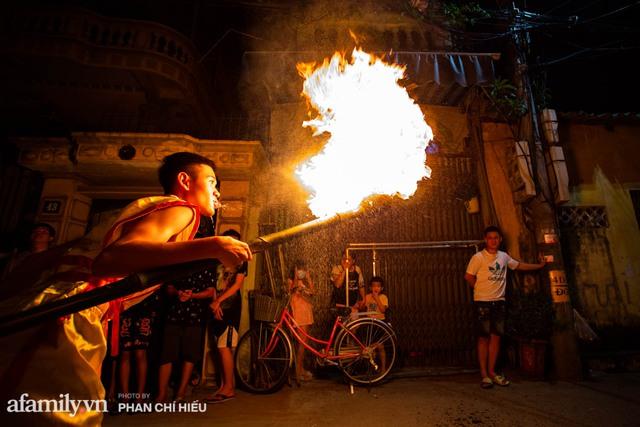 Ngôi làng chỉ cách Hà Nội 20km nhưng mỗi năm tổ chức thổi lửa, múa sư tử suốt 3 đêm để đón Trung thu, lộ ra khung cảnh siêu hùng tráng mà ai cũng ước được dự một lần - Ảnh 12.