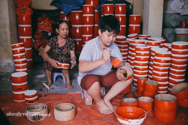 Tết Trung thu về làng Ông Hảo, gặp cặp vợ chồng 40 năm bám nghề làm trống: Đắng-cay-ngọt-bùi đã trải đủ, nhưng chưa 1 ngày mất niềm tin vào sức sống của nghề - Ảnh 16.