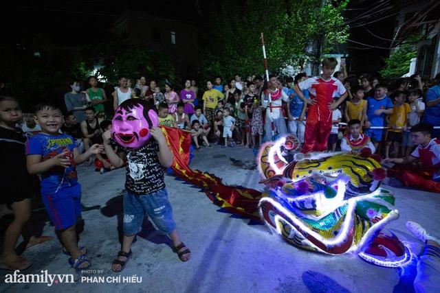 Ngôi làng chỉ cách Hà Nội 20km nhưng mỗi năm tổ chức thổi lửa, múa sư tử suốt 3 đêm để đón Trung thu, lộ ra khung cảnh siêu hùng tráng mà ai cũng ước được dự một lần - Ảnh 3.