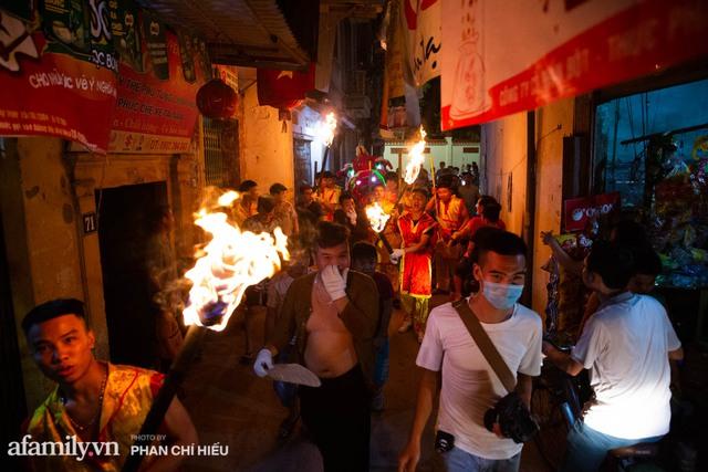 Ngôi làng chỉ cách Hà Nội 20km nhưng mỗi năm tổ chức thổi lửa, múa sư tử suốt 3 đêm để đón Trung thu, lộ ra khung cảnh siêu hùng tráng mà ai cũng ước được dự một lần - Ảnh 5.