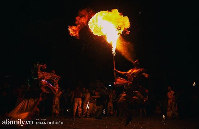 Ngôi làng chỉ cách Hà Nội 20km nhưng mỗi năm tổ chức thổi lửa, múa sư tử suốt 3 đêm để đón Trung thu, lộ ra khung cảnh siêu hùng tráng mà ai cũng ước được dự một lần - Ảnh 6.
