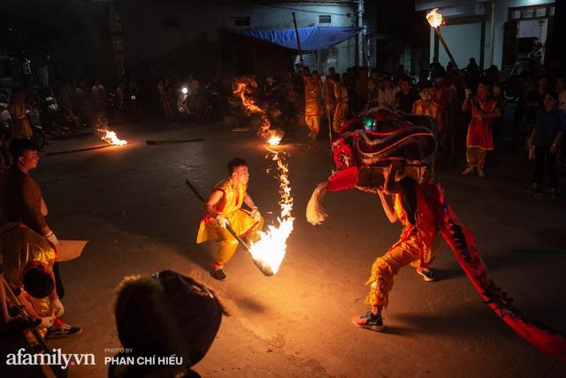 Ngôi làng chỉ cách Hà Nội 20km nhưng mỗi năm tổ chức thổi lửa, múa sư tử suốt 3 đêm để đón Trung thu, lộ ra khung cảnh siêu hùng tráng mà ai cũng ước được dự một lần - Ảnh 8.