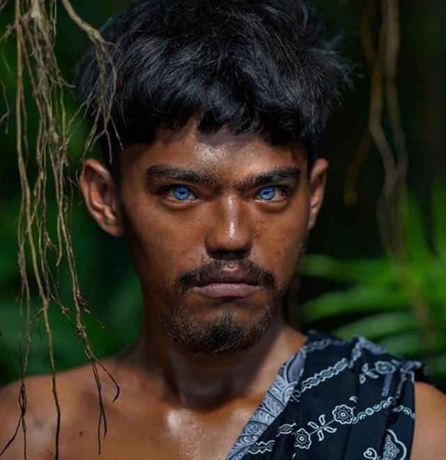 Sự thật đằng sau những đôi mắt xanh tuyệt đẹp phát sáng trong đêm tối của người dân bộ tộc mắt biếc kỳ lạ - Ảnh 1.