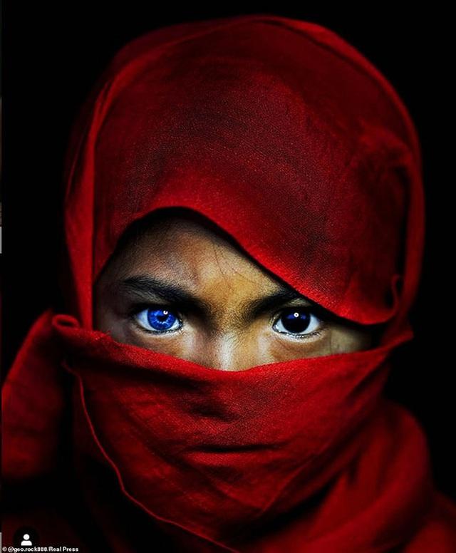 Sự thật đằng sau những đôi mắt xanh tuyệt đẹp phát sáng trong đêm tối của người dân bộ tộc mắt biếc kỳ lạ - Ảnh 4.