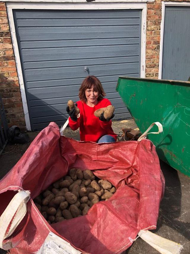 Trúng số gần 36 tỷ đồng, trở thành triệu phú trong 1 đêm, mẹ đơn thân nước Anh lại chọn cuộc sống làm nông dân - Ảnh 3.
