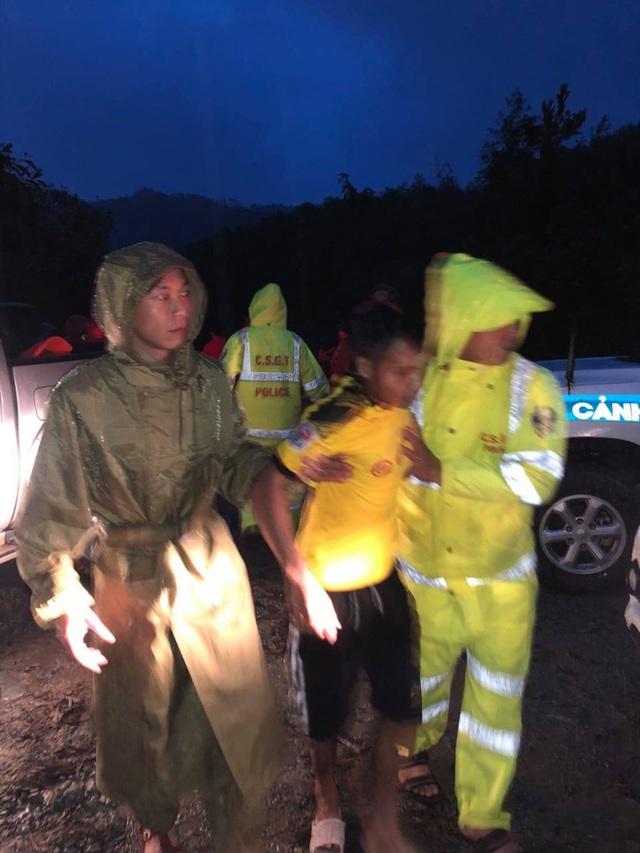 Vụ sạt lở Thủy điện Rào Trăng 3: Đang đưa 3 thi thể công nhân ra ngoài, chưa liên lạc được 13 chiến sĩ cứu hộ - Ảnh 14.