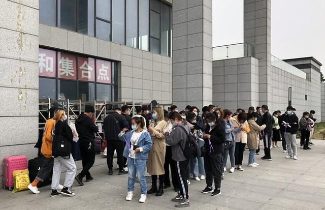 Bên trong thành phố iPhone ở Trung Quốc, nơi những chiếc smartphone 5G mới của Apple đang sẵn sàng để sản xuất - Ảnh 1.