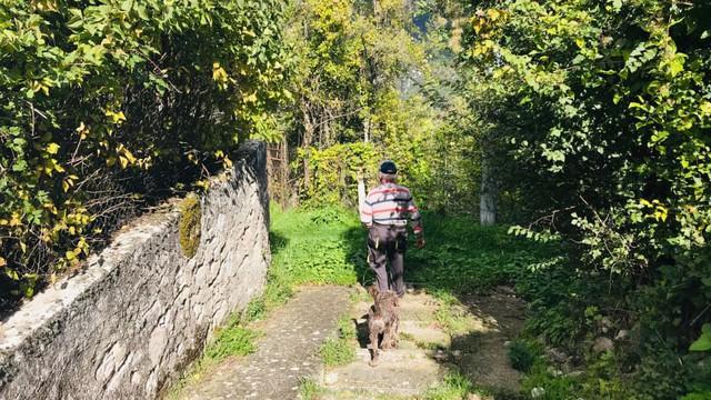 Ngôi làng nơi Covid-19 chưa bén mảng đến ở Ý: Chỉ có 2 người, gặp nhau là đeo khẩu trang, giữ khoảng cách 1 mét - Ảnh 4.