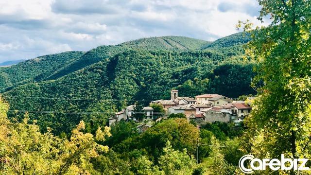 Ngôi làng nơi Covid-19 chưa bén mảng đến ở Ý: Chỉ có 2 người, gặp nhau là đeo khẩu trang, giữ khoảng cách 1 mét - Ảnh 2.