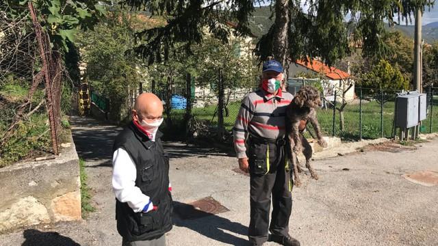 Ngôi làng nơi Covid-19 chưa bén mảng đến ở Ý: Chỉ có 2 người, gặp nhau là đeo khẩu trang, giữ khoảng cách 1 mét - Ảnh 1.
