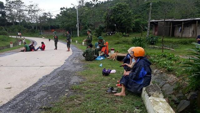 Tìm thấy 3 thi thể đầu tiên trong số 22 cán bộ, chiến sĩ bị sạt núi vùi lấp ở Quảng Trị - Ảnh 5.