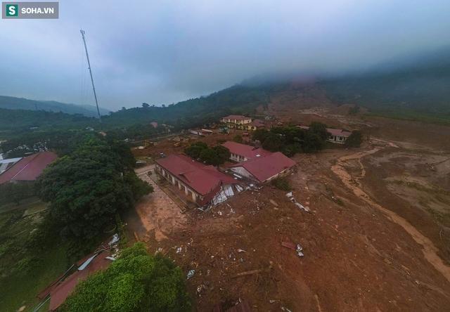 """Toàn cảnh dãy nhà bị núi lở """"san phẳng"""", vùi lấp 22 chiến sĩ ở Quảng Trị - Ảnh 1."""