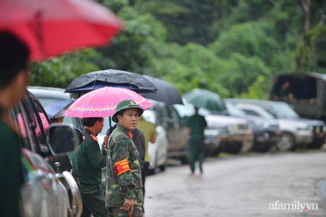 Xe chở thi thể 14 cán bộ, chiến sĩ gặp nạn ở Quảng Trị rời khỏi hiện trường đau thương: Nghẹn lòng đoàn người đứng dưới mưa mong chờ một phép màu - Ảnh 2.