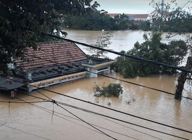Quảng Bình: Bệnh viện chìm trong biển nước, sản phụ phải chuyển lên khoa Hồi sức tránh lũ, bệnh nhân và bác sĩ chia nhau phần thức ăn ít ỏi - Ảnh 1.