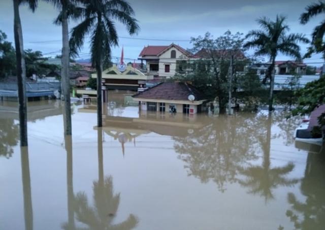 Quảng Bình: Bệnh viện chìm trong biển nước, sản phụ phải chuyển lên khoa Hồi sức tránh lũ, bệnh nhân và bác sĩ chia nhau phần thức ăn ít ỏi - Ảnh 2.