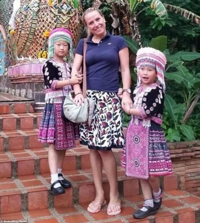 Chụp ảnh với nữ du khách, hai bé gái bất ngờ bị cáo buộc trộm cắp vì một chi tiết nhỏ trong bức hình: Bố ơi, chúng con đã làm gì sai? - Ảnh 1.