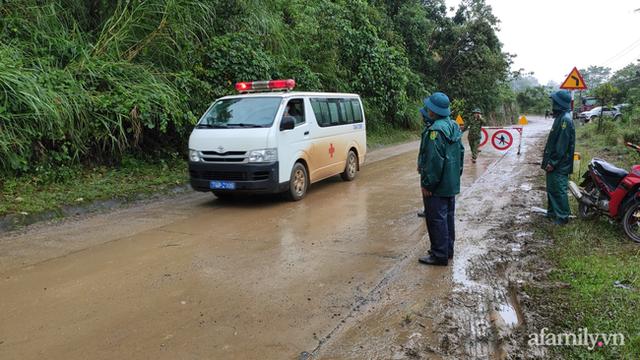 Xe chở thi thể 14 cán bộ, chiến sĩ gặp nạn ở Quảng Trị rời khỏi hiện trường đau thương: Nghẹn lòng đoàn người đứng dưới mưa mong chờ một phép màu - Ảnh 3.