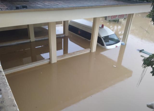 Quảng Bình: Bệnh viện chìm trong biển nước, sản phụ phải chuyển lên khoa Hồi sức tránh lũ, bệnh nhân và bác sĩ chia nhau phần thức ăn ít ỏi - Ảnh 3.