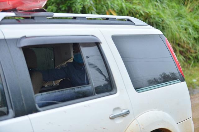 Xe chở thi thể 14 cán bộ, chiến sĩ gặp nạn ở Quảng Trị rời khỏi hiện trường đau thương: Nghẹn lòng đoàn người đứng dưới mưa mong chờ một phép màu - Ảnh 4.