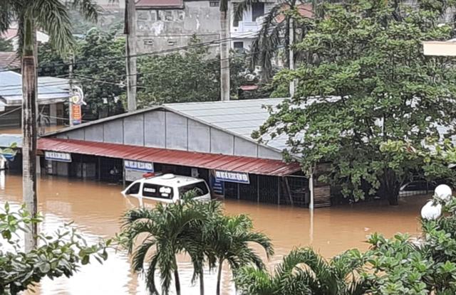 Quảng Bình: Bệnh viện chìm trong biển nước, sản phụ phải chuyển lên khoa Hồi sức tránh lũ, bệnh nhân và bác sĩ chia nhau phần thức ăn ít ỏi - Ảnh 4.