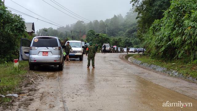 Xe chở thi thể 14 cán bộ, chiến sĩ gặp nạn ở Quảng Trị rời khỏi hiện trường đau thương: Nghẹn lòng đoàn người đứng dưới mưa mong chờ một phép màu - Ảnh 5.