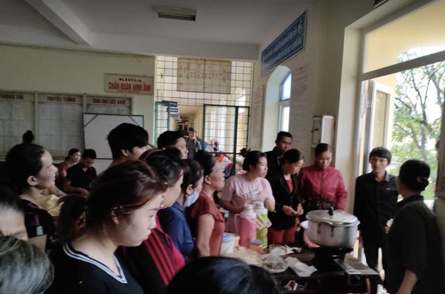 Quảng Bình: Bệnh viện chìm trong biển nước, sản phụ phải chuyển lên khoa Hồi sức tránh lũ, bệnh nhân và bác sĩ chia nhau phần thức ăn ít ỏi - Ảnh 5.