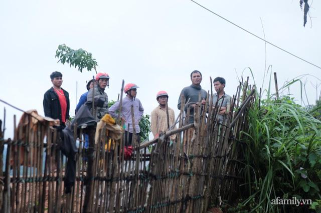 Xe chở thi thể 14 cán bộ, chiến sĩ gặp nạn ở Quảng Trị rời khỏi hiện trường đau thương: Nghẹn lòng đoàn người đứng dưới mưa mong chờ một phép màu - Ảnh 6.